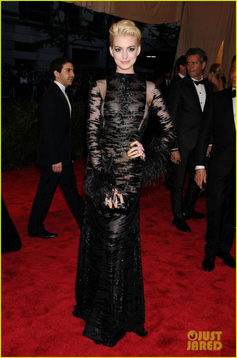 anne-hathaway-bleach-blonde-hair-at-met-ball-2013-01